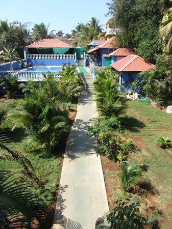 Mayflower Beach Resort:                   вид на сад, бассейн и ресторан
