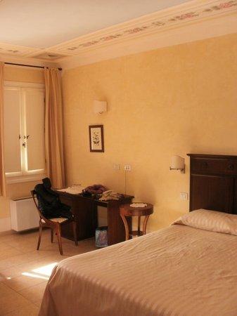 Hotel Il Melograno:                                     la camera con soffitto dipinto a mano