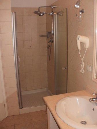 Hotel Il Melograno:                                     la grande doccia