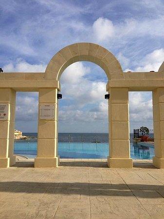 Hilton Malta:                   Extrapool nur für Erwachsene