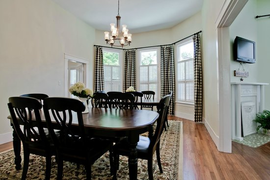 Craftaway Studios: The tastefully decorated dining room seats up to 12 guests for family-style meals.