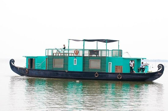 Privacy at Sanctuary Bay :                   Green house boat