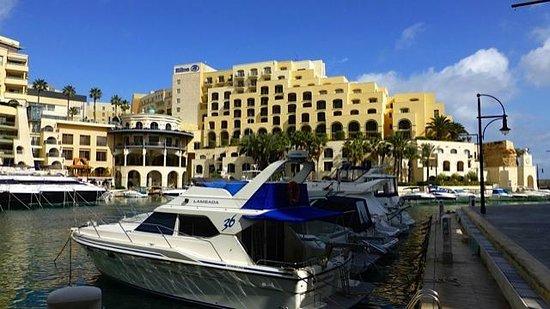 Hilton Malta:                   kleiner Yachthafen mit Hotel im Hintergrund