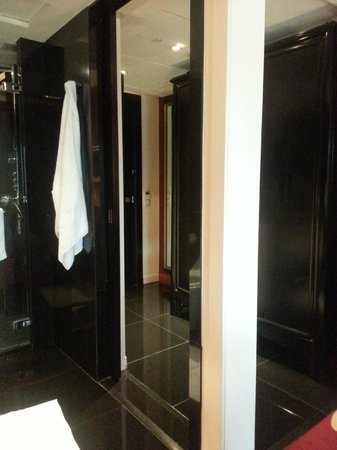 Orchard Hotel Singapore: Toilet with 2 doors