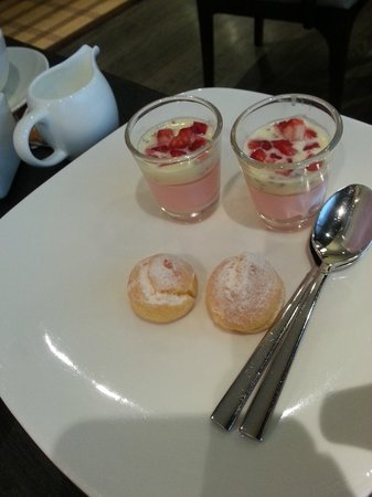 Orchard Hotel Singapore: hi tea dessert