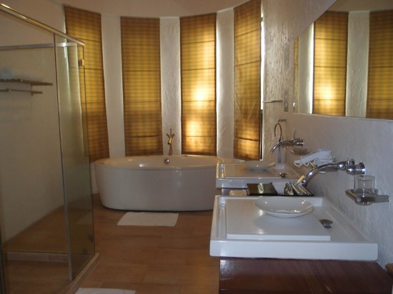 Bellarocca Island Resort and Spa:                   lovely bathroom