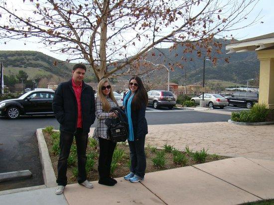 Homewood Suites by Hilton Agoura Hills:                   Meus filhos na entrada do hotel, a caminho do café da manhã...