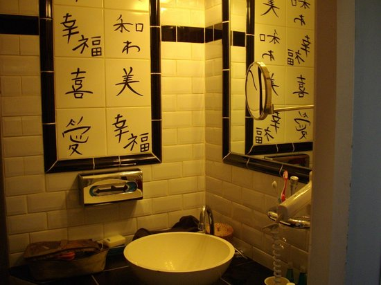 Brussels Welcome Hotel:                   japanese bathroom