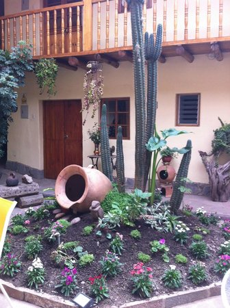 Apu Huascaran Hostal - Cusco:                   little garden
