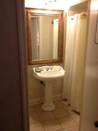 Chateau Hotel:                   baño pequeño pero suficiente