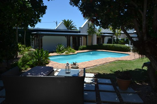 Mossel Bay Backpackers: Pool chill area
