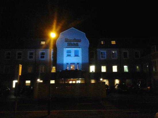 ذا بيتشيز هوتل:                   Back of hotel/Entrance                 