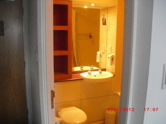 Premier Inn Sheffield City Centre (Angel Street) Hotel :                   bathroom