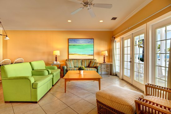 Tranquility Bay Beach House Resort: Spacious Waterfront Living Rooms