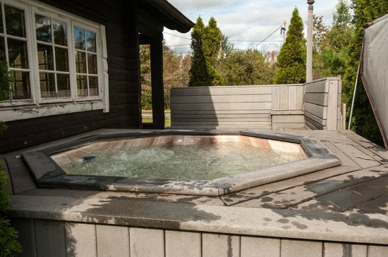 Cuomo's Cove:                   Log Cabin Hot Tub