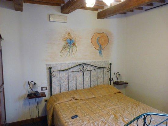 Leonardo Hotel :                   ecco il cappello di pagli ed il fieno dipinti!