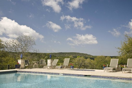 Blair House Inn: Enjoy the beautful Hill Country view from our 45ft long lap pool