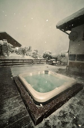 Chamonix Lodge: Hot Tub in winter - Christol