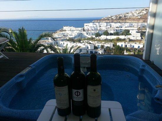 Myconian Ambassador Relais & Chateaux Hotel:                   Jacuzzi, vinhos e etc