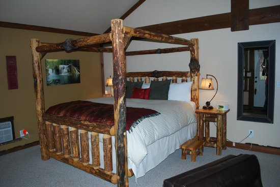 Carson Ridge Luxury Cabins:                   Loved this bed!