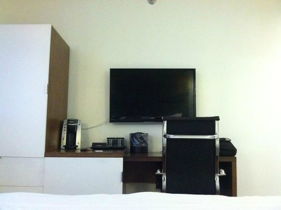 Hotel BPM Brooklyn:                   Tv/Desk/Closet