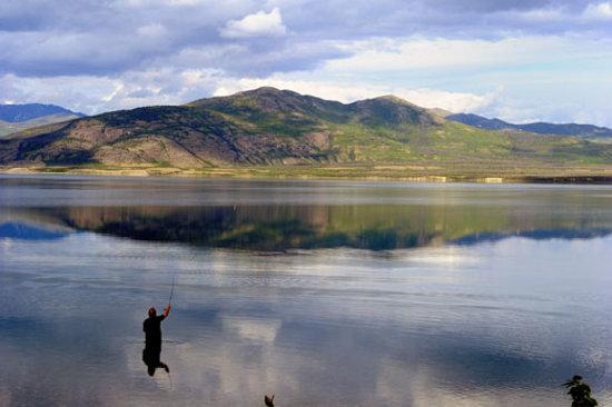 Περιοχή Yukon, Καναδάς:                   Yukon offers dozens of beautiful Yukon lakes and rivers to fish.