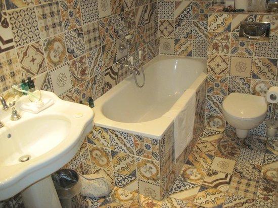 Hotel du Petit Moulin:                   lovely bathroom