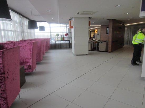 Hampton by Hilton Liverpool/John Lennon Airport: The open reception area
