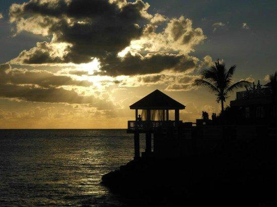 Sonesta Maho Beach Resort & Casino:                   Amazing sunsets!!!! Clouds blocked this day