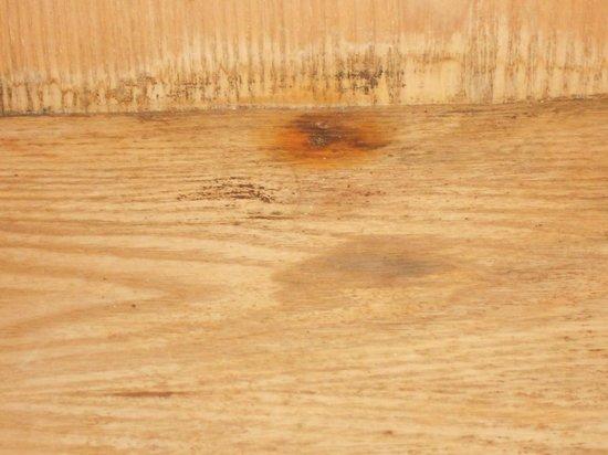 Hennessy Park Hotel :                   bathroom damp