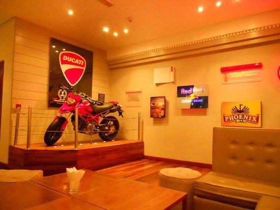 Hennessy Park Hotel :                   Bar