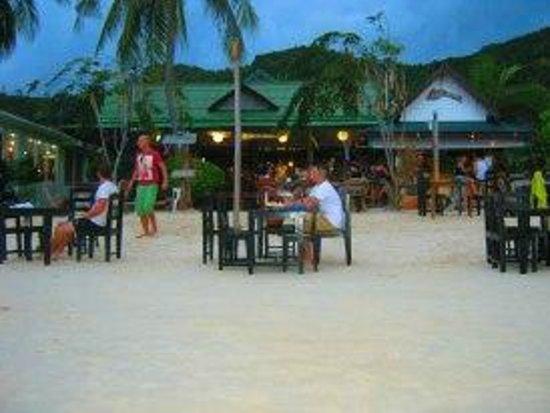 Sandy Bay Bungalows: Sandy Bay Resort restaurant at night