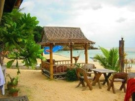 Sandy Bay Bungalows: Outdoor dining areas on the beach