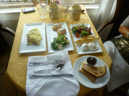 Casa Laguna Hotel & Spa: Scrumptious breakfasts in the early morning glow.