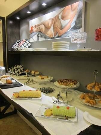 Hotel Plaza Opera:                   Breakfast Room Buffet