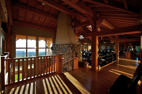 Ocean to Alpine Adventure Lodge: Interior of lodge