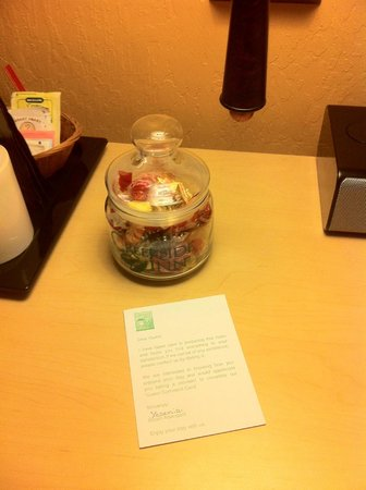 Creekside Inn: Candy in the room!