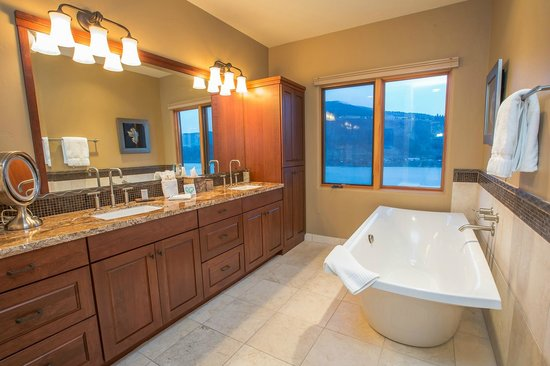 Columbia Cliff Villas Hotel: Penthouse Master Bath