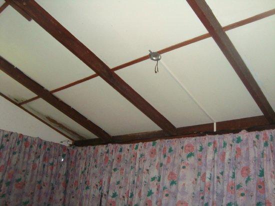 Arrecife Lodge:                   Techos sin luz instalada