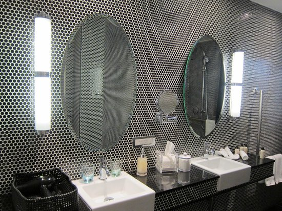Hotel DeBrett: Bathroom Tile and Mirrors