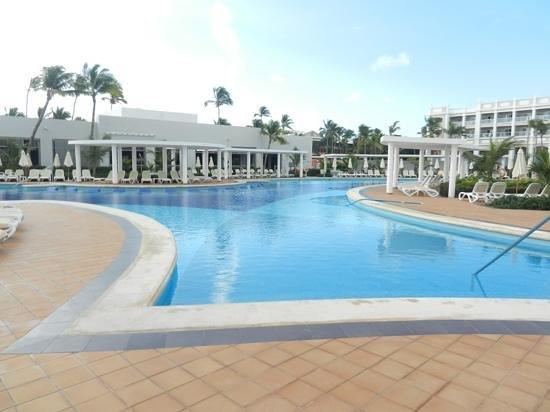 Hotel Riu Palace Bavaro:                   piscine et snak du midi
