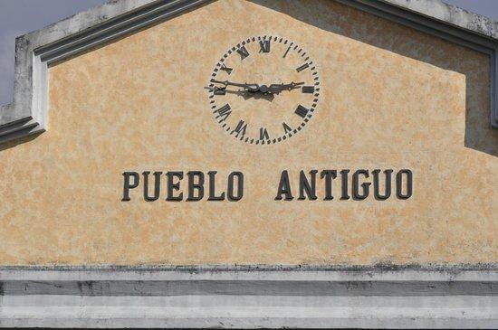 Pueblo Antiguo: El Reloj a la entrada del Pueblo