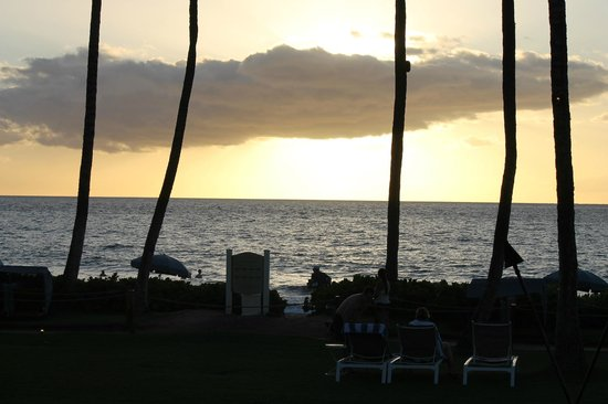 Grand Wailea - A Waldorf Astoria Resort:                   Sunset from lawn area below Adult pool