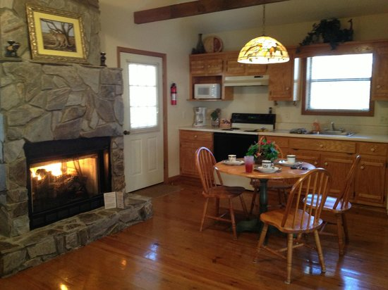 Alpine Cabins :                   peaceful dining room