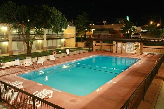 Quality Hotel: Pool Night View