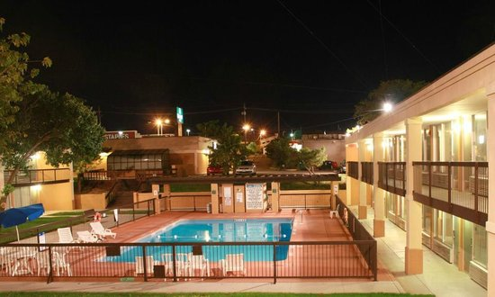 Quality Hotel : Pool Night View