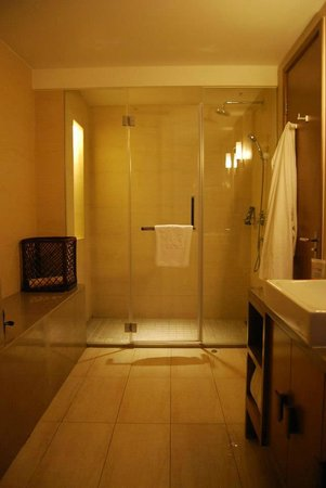 Shichahai Shadow Art Performance Hotel:                   HUGE bathroom with all new products.