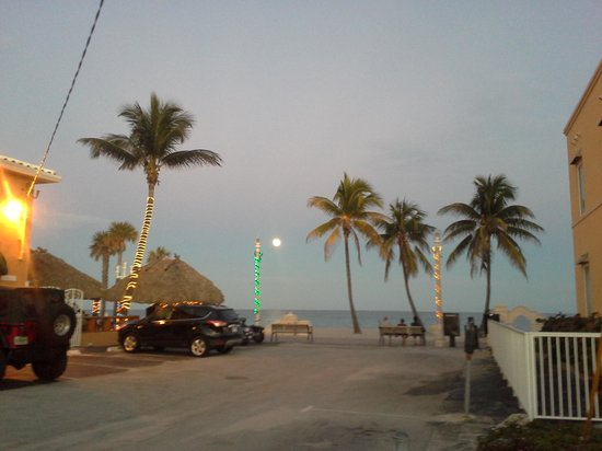 Beach Rooms Inn - Hollywood Beach :                   Awesome beach and the cool tiki bar.