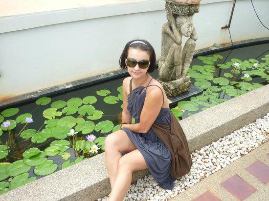 Woraburi Phuket Resort & Spa:                   перед отелем небольшой пруд