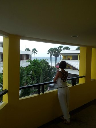 Woraburi Phuket Resort & Spa:                   Вид с галереи (коридора) на море